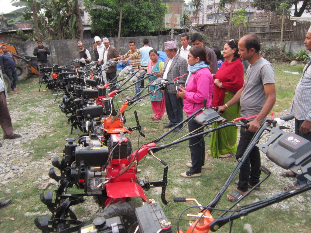 कृषि ज्ञान केन्द्र कैलालीद्वारा कृषक समूहलाई पावर टिलर हस्तान्तरण